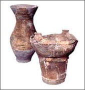 縄文土器(右)と弥生土器