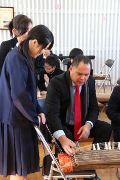写真:パラオオリンピック委員会会長と大宮中学校の生徒が交流